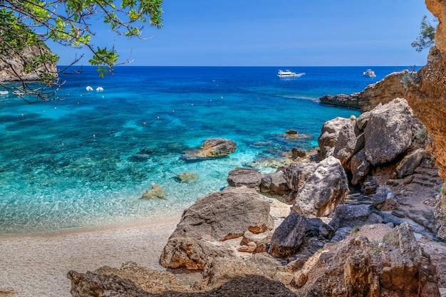 Férias na sardenha cala biriola praia mar com águas azuis cristalinas itália as melhores praias da sardenha