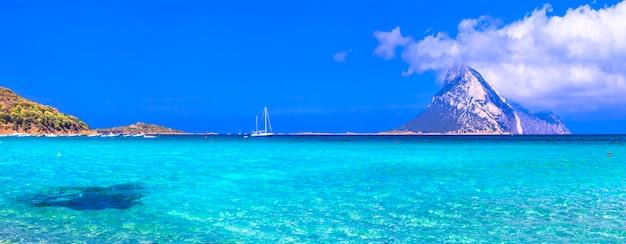 Férias na sardenha, mar azul, ilha tavolara, itália