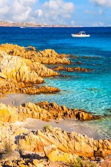 Férias no mar da ilha da sardenha. itália