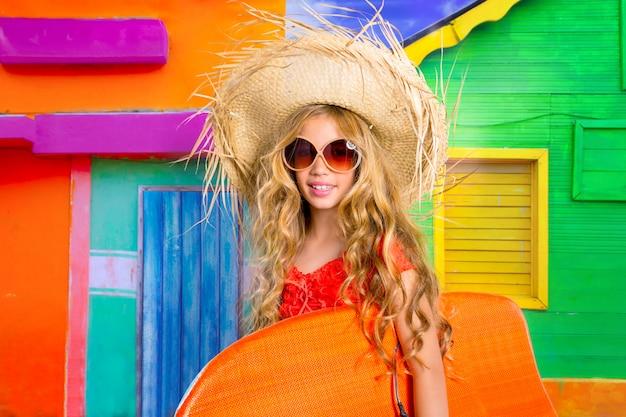 Férias tropicais da menina loura do surfista da criança com óculos de sol