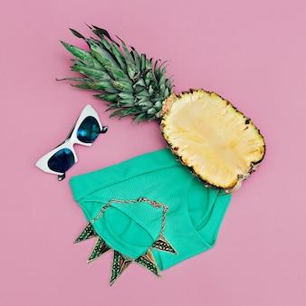 Férias tropicais. senhora da moda da praia. acessórios fashions. minimalismo