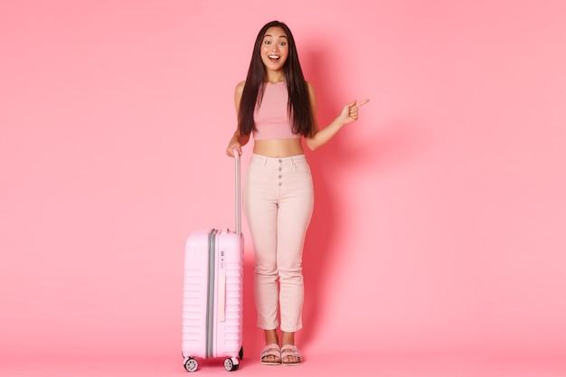 Férias viajando e conceito de férias completo de impressionado e curioso atraente garota asiática t ...