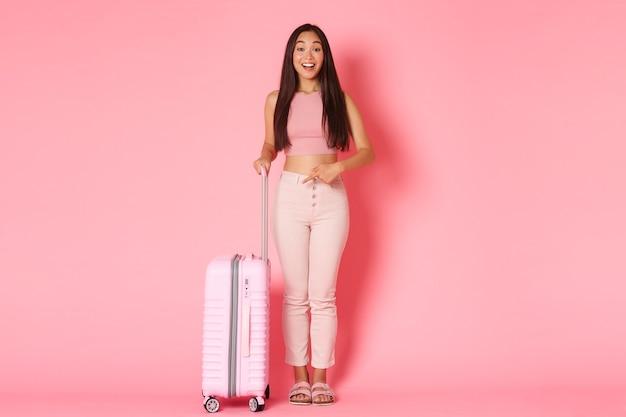 Férias viajando e férias conceito fullength de turista linda garota asiática no verão vestir ...