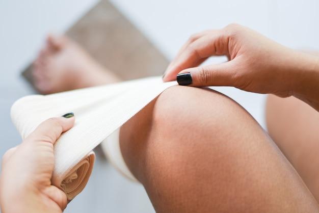Ferida enfaixando um joelho lesionado
