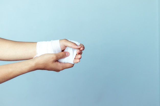 Feridas no pulso, ataduras, remédio contra dor