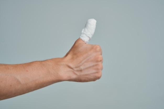 Ferimento na mão do dedo enfaixado close-up