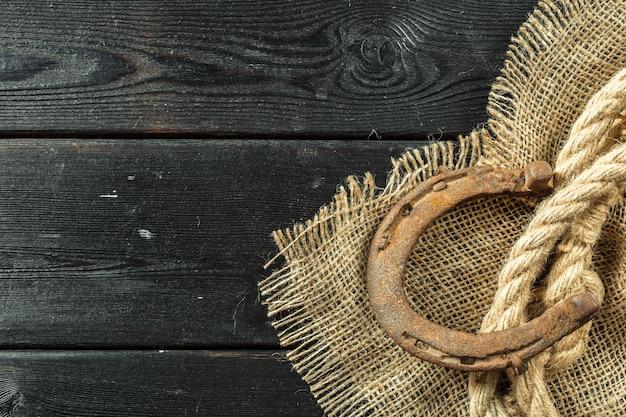 Ferradura e corda velhas em placas de madeira