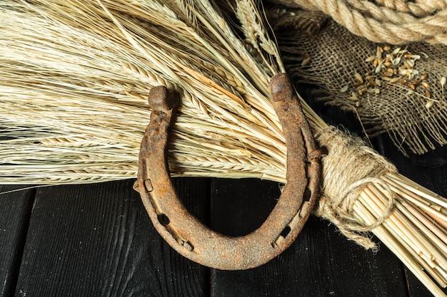 Ferradura velha e corda em placas de madeira