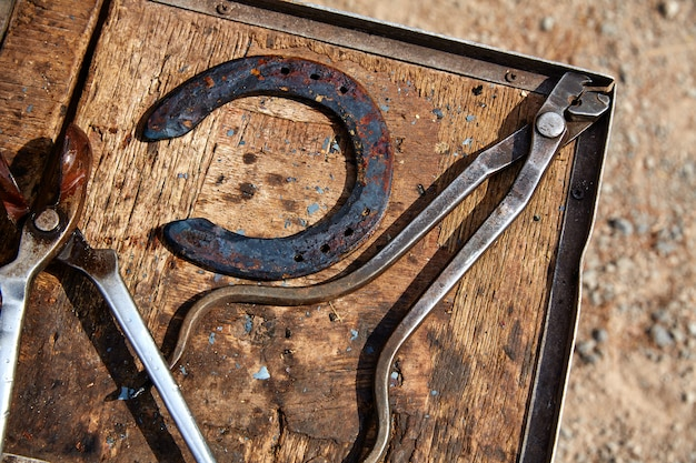 Ferraduras cavalo ferramentas em uma madeira de grunge
