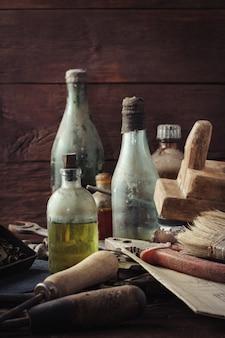 Ferramenta antiga vintage na mesa de madeira velha. conceito do dia dos pais