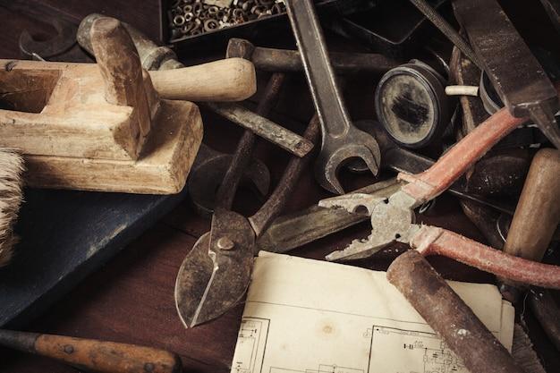 Ferramenta antiga vintage na mesa de madeira velha. oficina de conceitos. dia dos pais