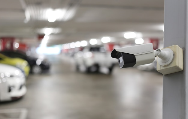 Ferramenta cctv no fundo do estacionamento