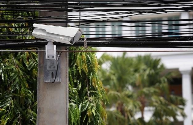Ferramenta cftv em postes elétricos e tem fios para conceito de sistemas de segurança.
