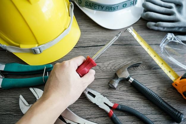 Ferramenta de artesão, para homem trabalhador. chave de fenda na mão