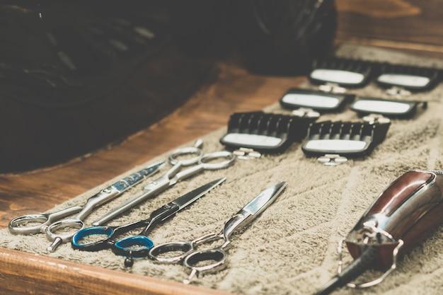 Ferramenta de barbeiro na barbearia. ferramenta de cabeleireiro. tesouras, pentes, lâminas de barbear, tosquiadeiras. ferramenta para o assistente. organização do local de trabalho. foco seletivo.