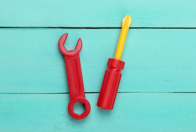Ferramenta de brinquedo infantil. chave inglesa, chave de fenda em madeira azul.
