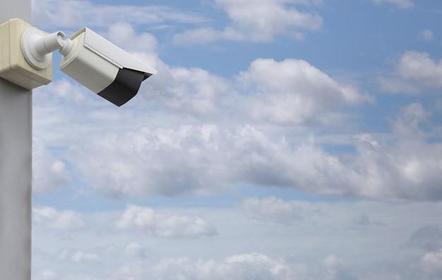Ferramenta de cftv no fundo do céu azul, equipamentos para sistemas de segurança e espaço de cópia para o projeto.