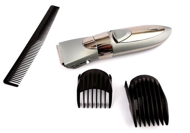 Ferramenta de corte de cabelo com pano de fundo branco.