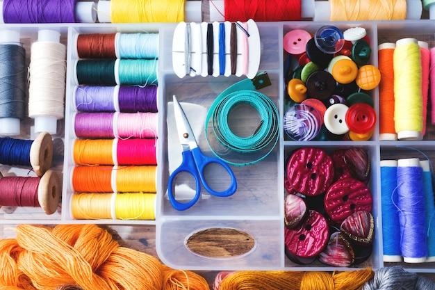 Ferramenta de costura para costura. linhas coloridas,