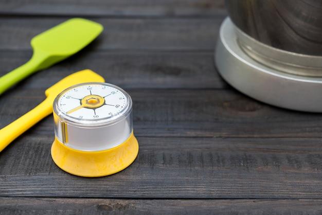 Ferramenta de cronometragem e cozinha na mesa de madeira