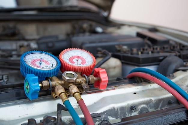 Ferramenta de equipamento de medição de close-up para encher condicionadores de ar de carros.
