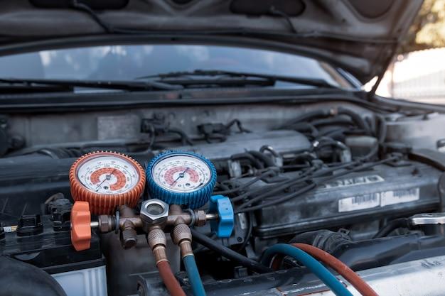 Ferramenta de equipamento de medição de close-up para encher os aparelhos de ar condicionado do carro.