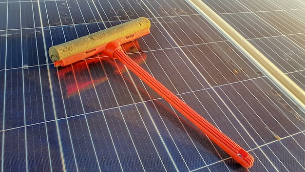 Ferramenta de limpeza no painel solar