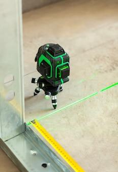 Ferramenta de medição do nível do laser no canteiro de obras.