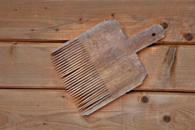 Ferramenta de tecelagem em mesa de madeira