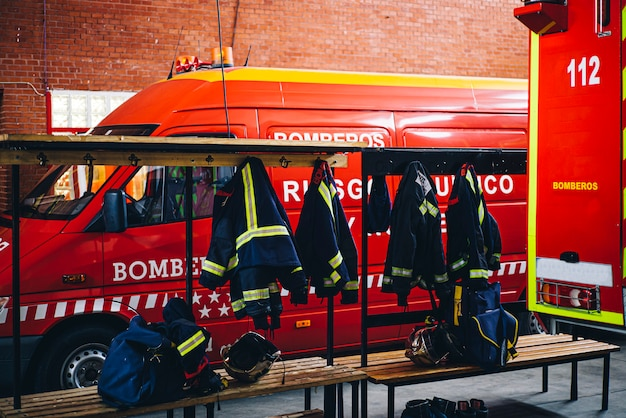 Ferramenta de trabalho e roupas para bombeiros