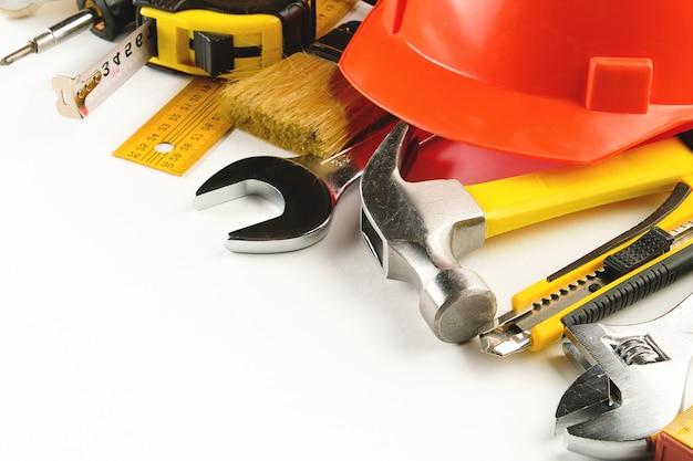 Ferramenta para construir uma casa ou reparar um apartamento, em uma superfície branca. o local de trabalho do capataz. o tema da casa e renovação e construção profissional.