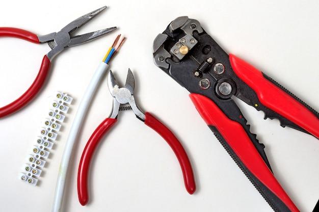 Ferramenta para descascar fios e cabos elétricos