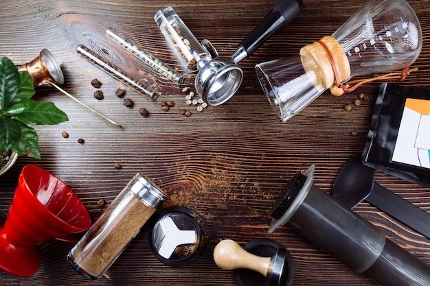 Ferramenta para fazer café expresso profissional e grãos de café em uma madeira