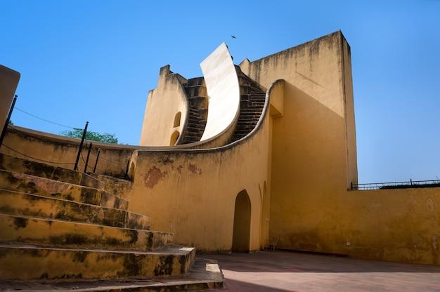 Ferramenta para observar o movimento dos corpos celestes no observatório em jaipur, índia. a exposição do museu.