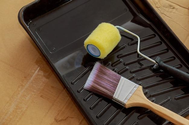 Ferramenta para pintar paredes de equipamentos com pincel e rolo de pele