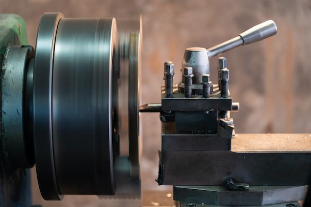 Ferramenta que gira a peça em torno de um eixo de rotação para executar várias operações.