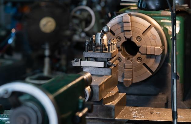 Ferramenta que gira a peça em torno de um eixo de rotação para executar várias operações,
