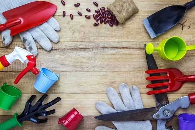 Ferramentas agrícolas na mesa de madeira