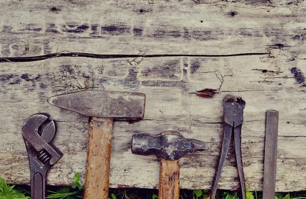 Ferramentas antigas de carpinteiro em uma mesa de madeira