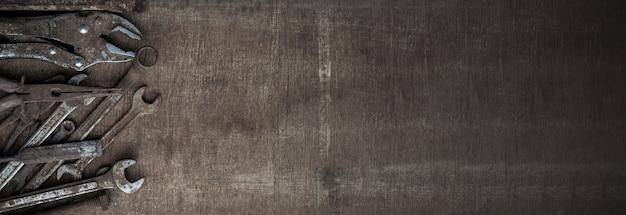 Ferramentas antigas em fundo de madeira. ferramentas antigas porque têm sido usadas por muito tempo e com muita dificuldade.