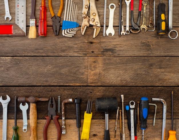 Ferramentas antigas em uma mesa de madeira