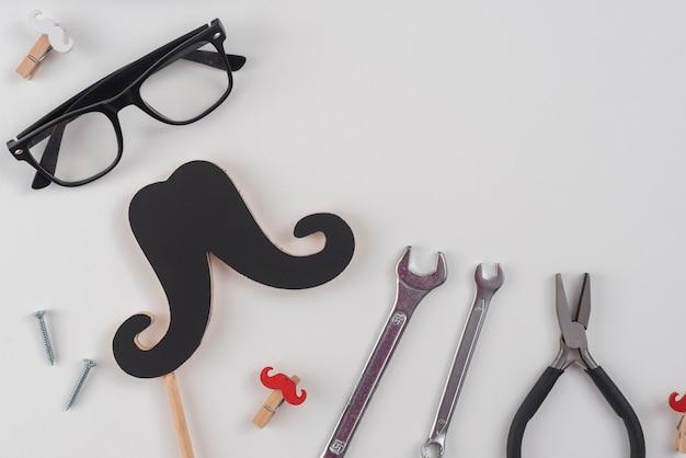 Ferramentas com bigode de papel e óculos