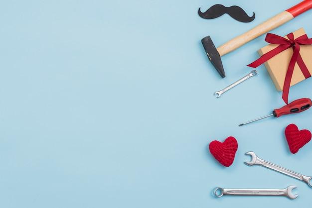 Ferramentas com caixa de presente e corações de brinquedo