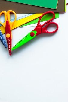 Ferramentas criativas das crianças. tesoura encaracolada e folhas coloridas copyspace