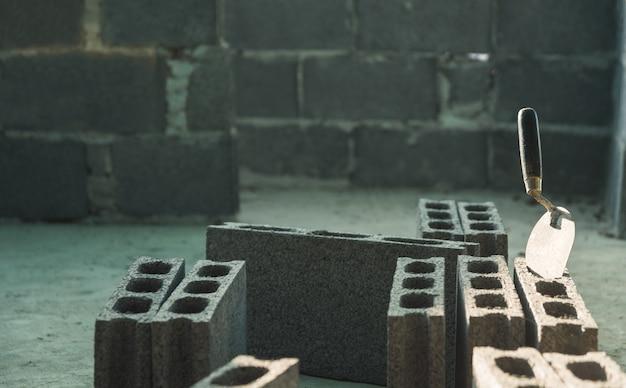 Ferramentas da construção e tijolos industriais no canteiro de obras. conceito de construção.