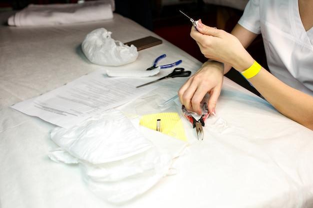 Ferramentas da limpeza da mulher para a composição permanente profissional na tabela da medicina.