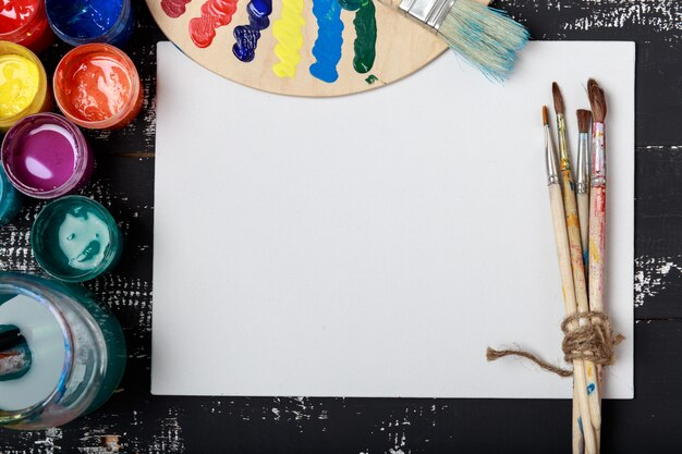 Ferramentas de arte e artesanato. itens para a criatividade das crianças. tintas acrílicas e pincéis