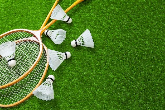 Ferramentas de badminton na grama