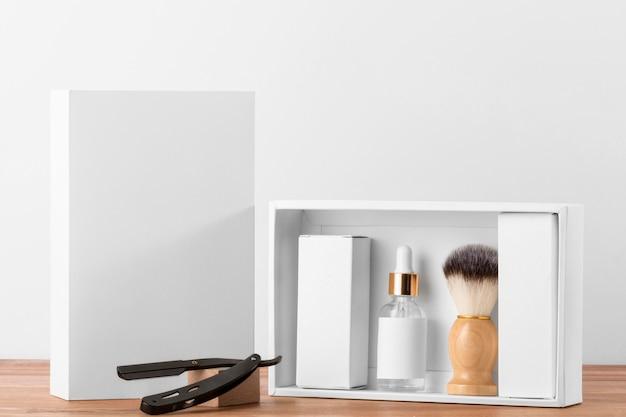 Ferramentas de barbearia de vista frontal com caixas brancas