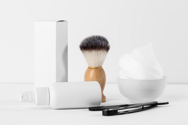 Ferramentas de barbearia de vista frontal em fundo branco